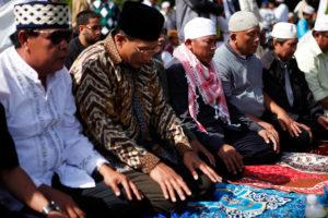 musulmanes asiaticos rezando